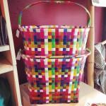 Rutiga cykelkorgar gjorda av plastband i många färger