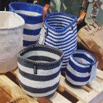 Randiga blå och vita korgar